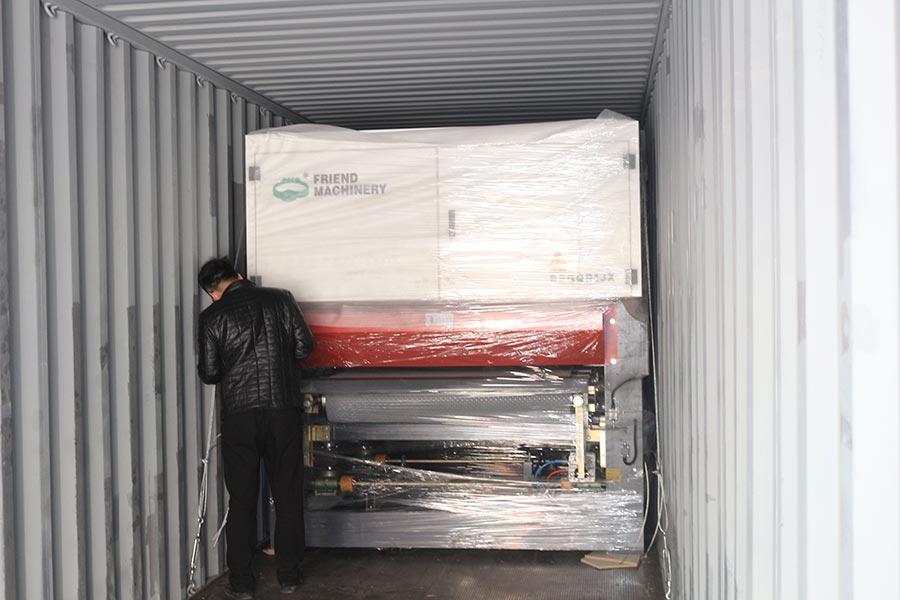 máquina de lixar madeira compensada e carregamento de contêiner de máquina de prensagem a quente de madeira acabada