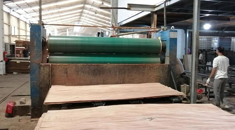 Máquina de madeira compensada instalada na Indonésia